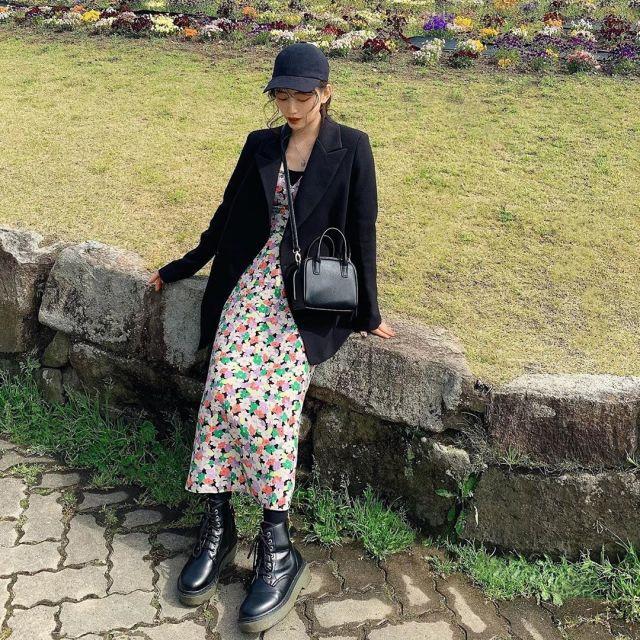 黒テーラードジャケットに花柄ワンピースとレースアップブーツを合わせたコーデ