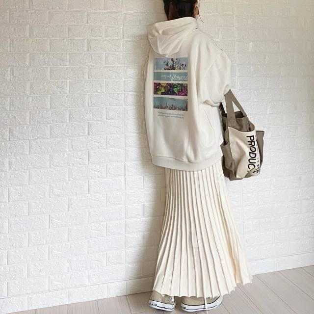 白のバッグプリントビッグスウェットパーカーに似合う白のプリーツスカートコーデ