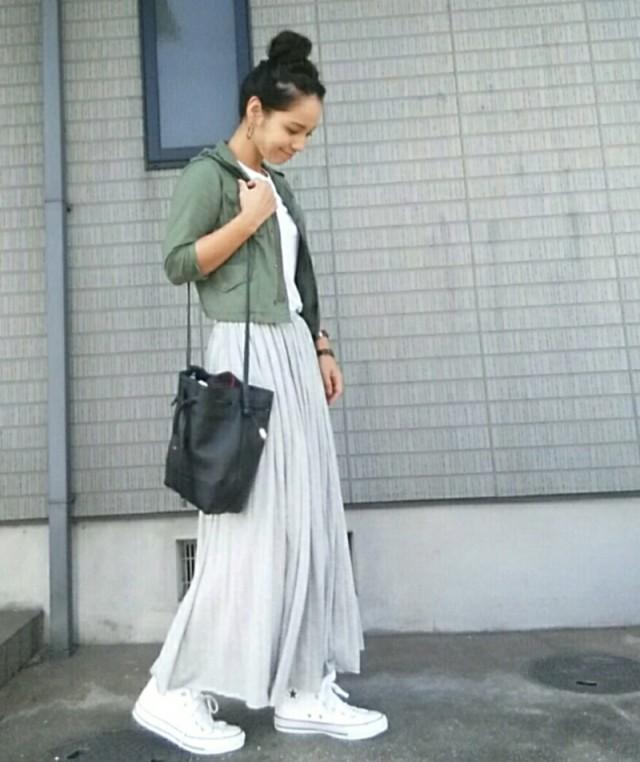 白のロングスカートに合うカーキジャケットコーデ