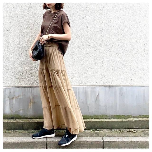 ブラウンのTシャツに似合うベージュのスカートコーデ
