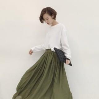 白のプルオーバーとグリーンのマキシスカートのコーデ