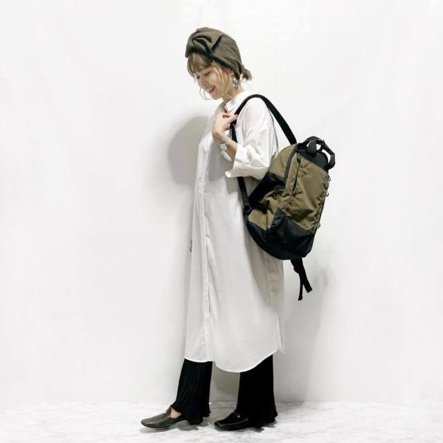 シャツワンピースとレギンスを着用した女性