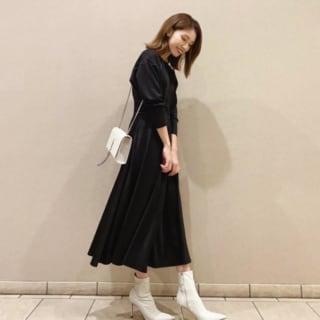 黒のミモレワンピースと白のバッグと白のブーツのコーデ