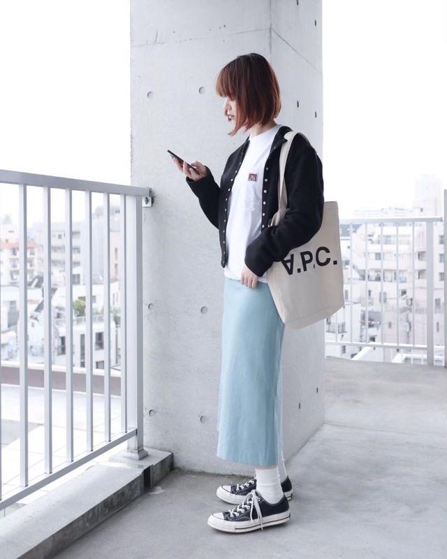 キレイ色スカートの女性