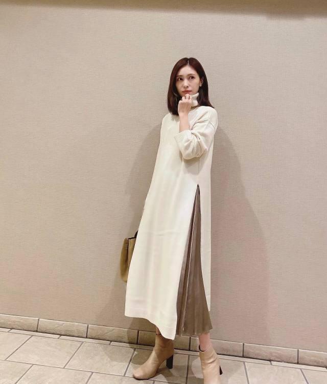 白のロングワンピースとブラウンのプリーツスカートのコーデ