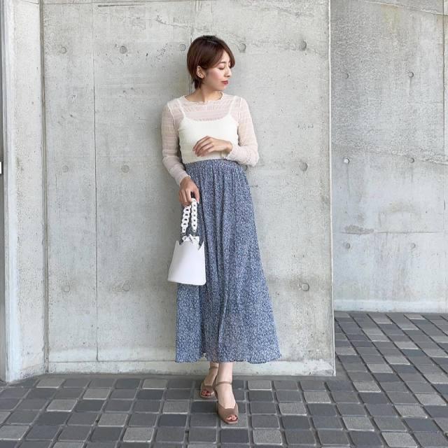 白シアープルオーバーとブルー花柄ロングスカートのコーデ