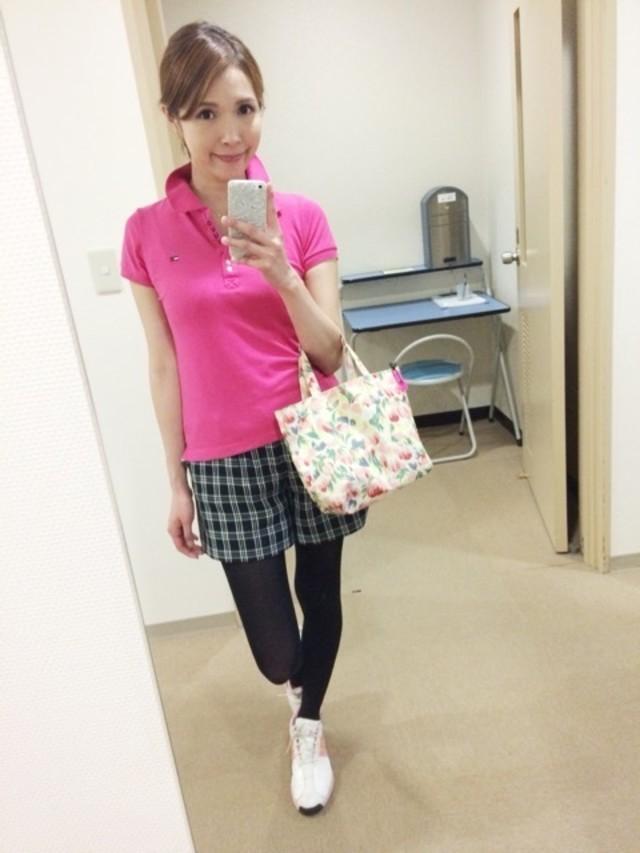 ピンクのポロシャツにチェックのキュロットを合わせたゴルフウェアコーデ