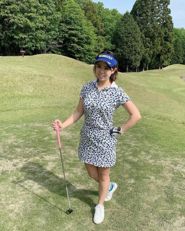 白の総柄ワンピースとブルーサンバイザーを合わせたゴルフウェアコーデ