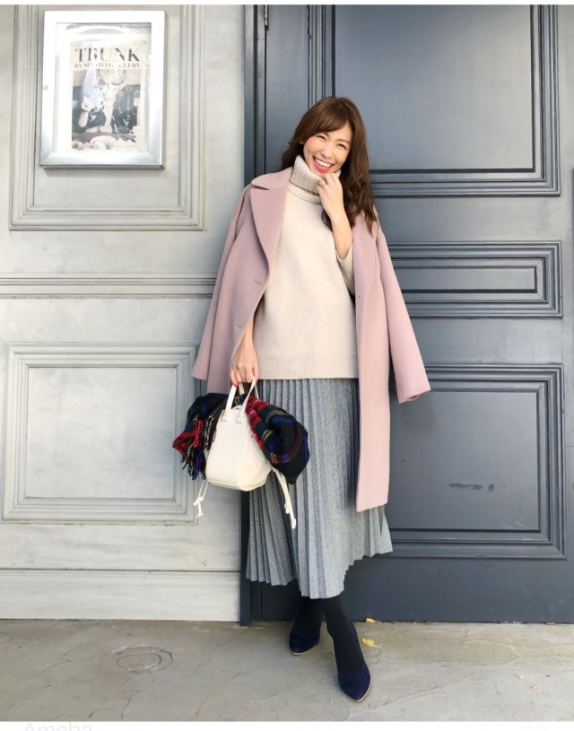 白ニットにピンクコートとブルースカートを合わせたコーデ