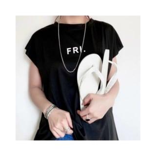 黒Tシャツを着た女性がビーチサンダルを手に持った女性