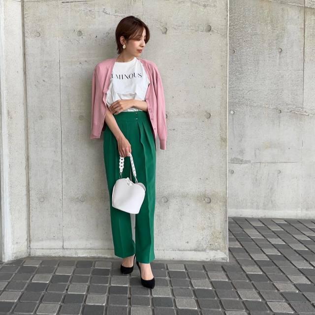 白Tシャツとグリーンテーパードパンツにピンクカーディガンを羽織ったコーデ