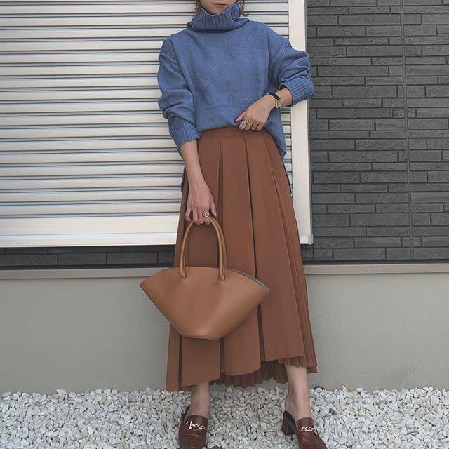 ブルーのタートルネックニットとブラウンのスカートのコーデ