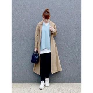 ベージュのコートとブルーニットを着ている女性