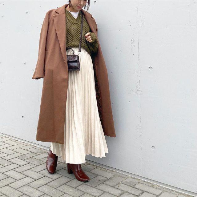 ロングコートとロングプリーツスカートにブラウン系の小物を合わせた冬コーデ