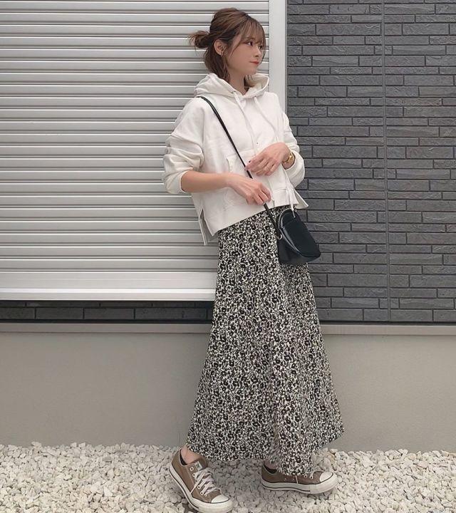 白パーカーと花柄ロングスカートのコーデ