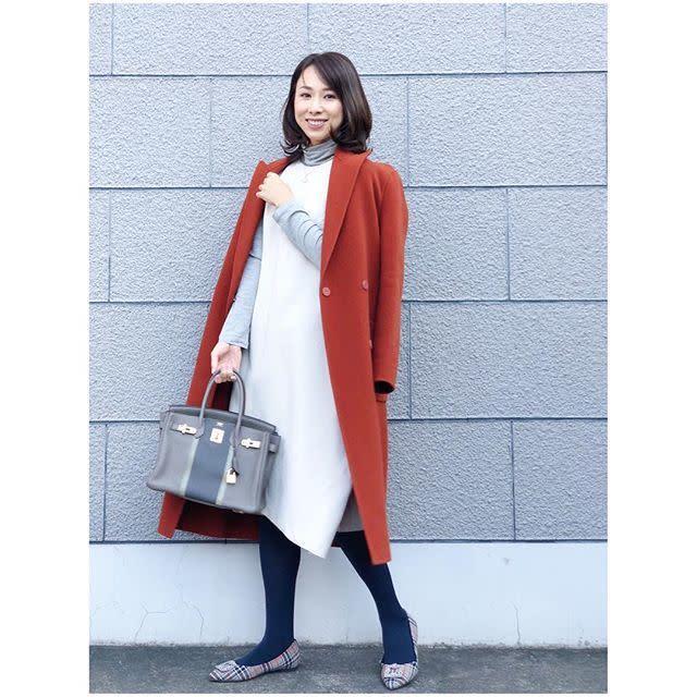 レッドのコートを着ている女性