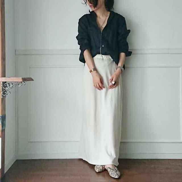 ネイビーのとろみシャツに白スカートを合わせ