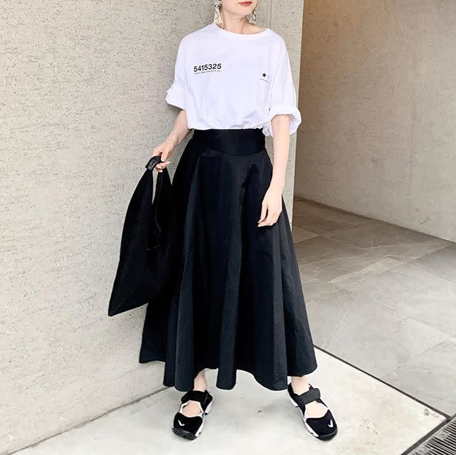 白Tシャツに黒ドレープスカートを合わせたコーデ