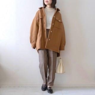 CPOジャケットとチェックパンツを着用した女性
