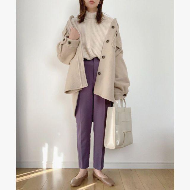 CPOジャケットとパープルのパンツを着用した女性