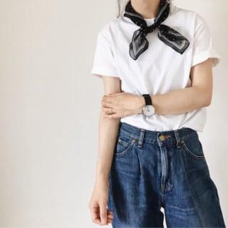 白Tシャツにデニムパンツを履いた女性