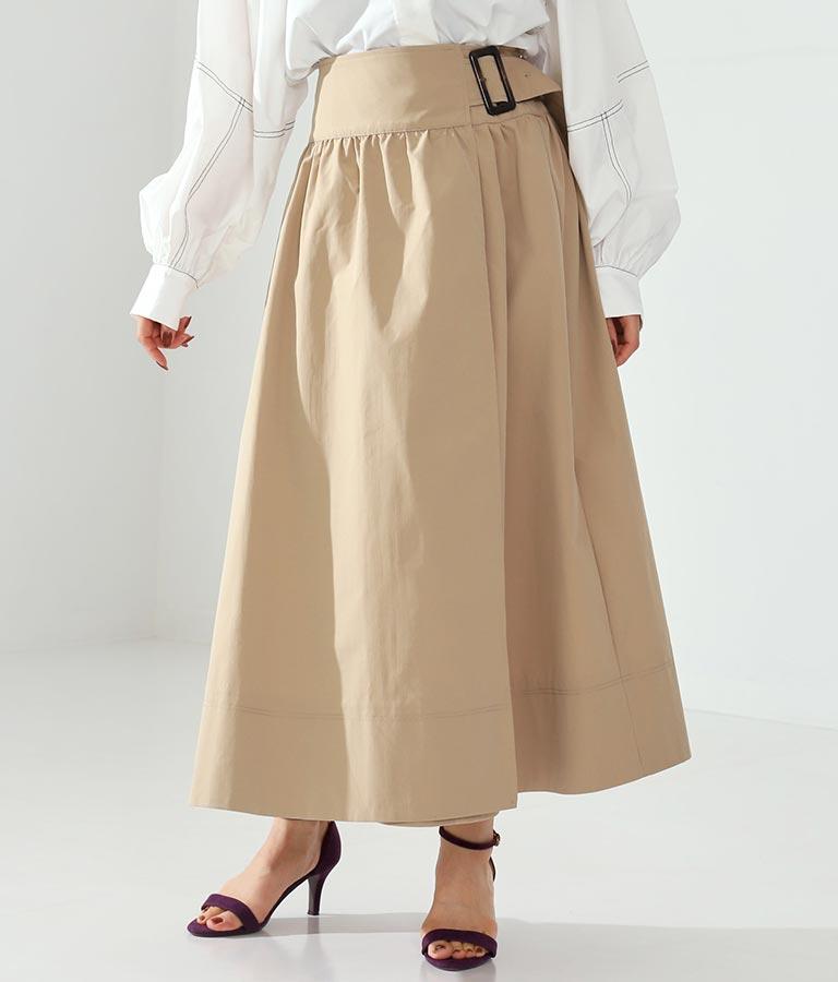 トレンチスカートと白のトップスのコーデ