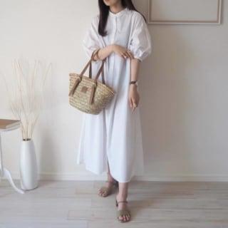 GUのバンドカラーシャツワンピースを着ている女性の写真