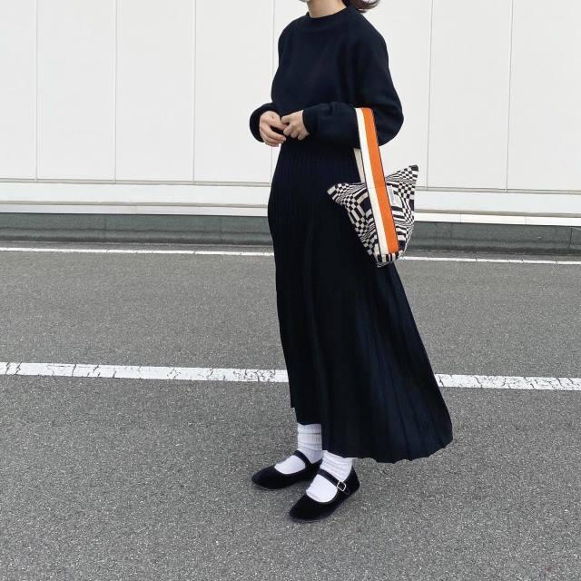 黒トップスに黒ロングスカートを合わせたコーデ。