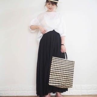白ふんわりトップスと黒ボリュームスカートにカンカン帽女性