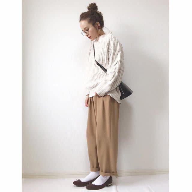 ベージュのワイドパンツにヒールパンプスを履いた女性