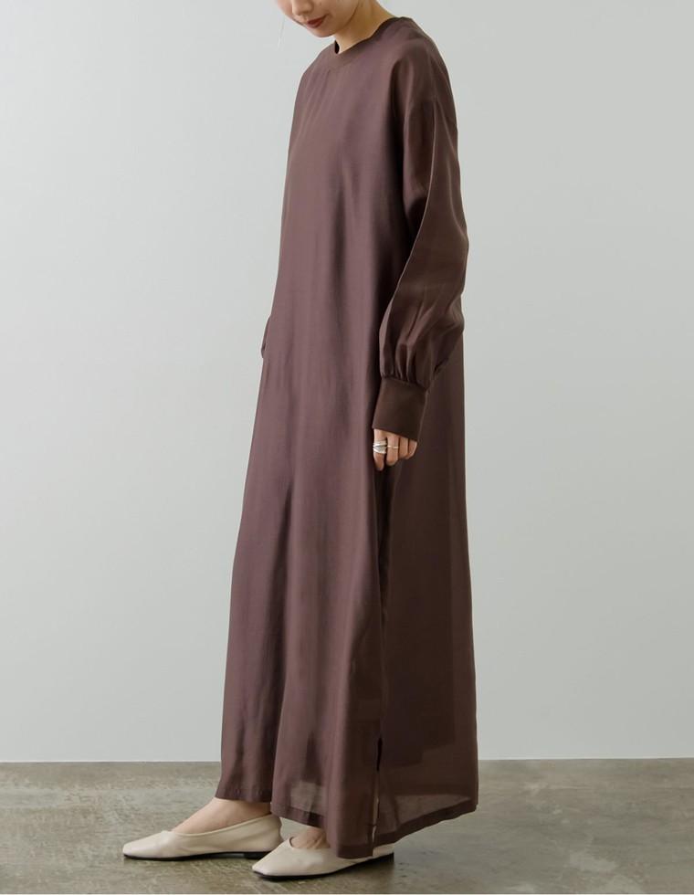 ブラウンのワンピースを着た女性