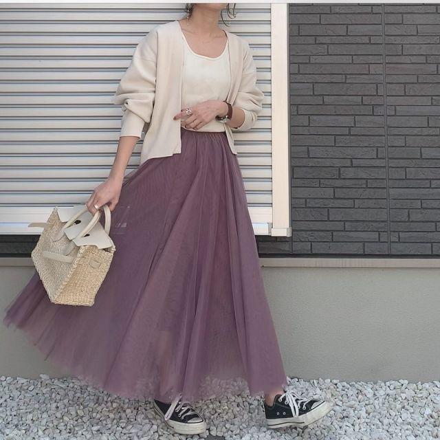 ピンクのチュールスカートを履いている女性