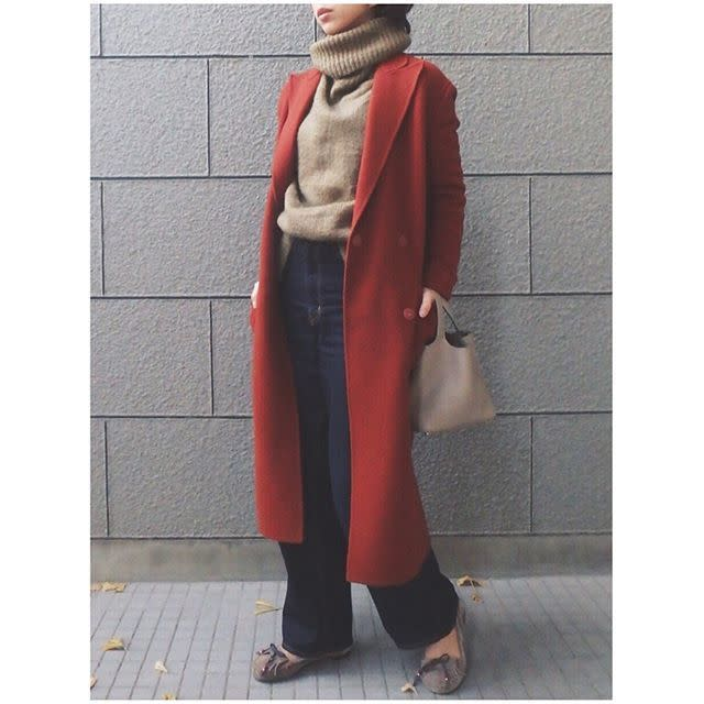 ロングガウンコートの女性