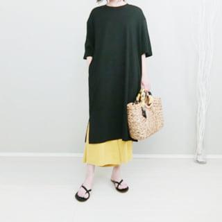 黒ティーワンピに黄色スカートのレイヤードコーデ