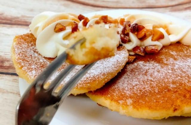 フォークとメープル&ナッツパンケーキ