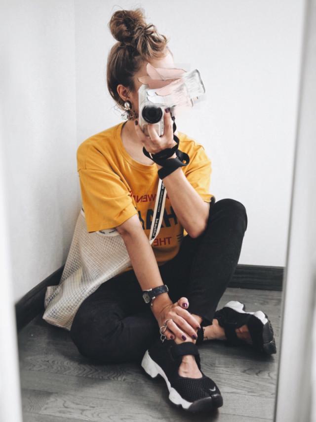 黄色Tシャツにエアリフトの女子