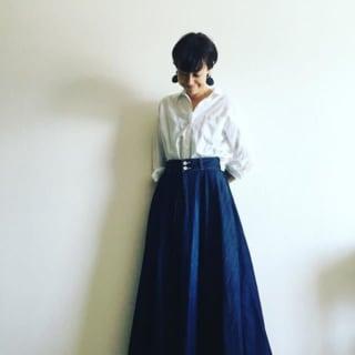 白シャツにインディゴブルーのAラインデニムロングスカートを合わせたコーデ