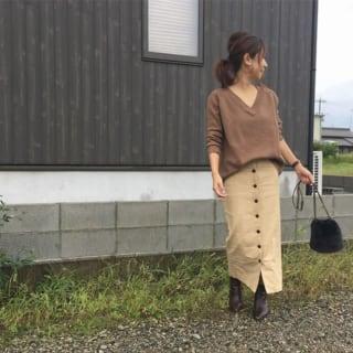 ブラウンニットにベージュのフロントボタンスカートを合わせたコーデ