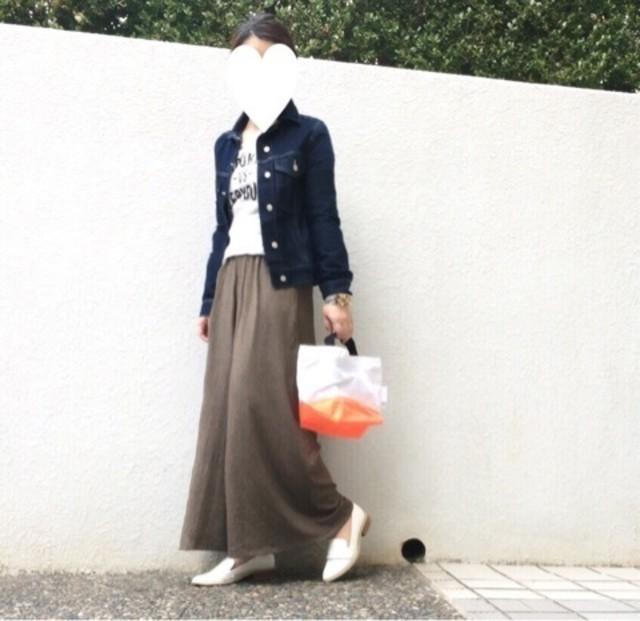 デニムジャケットにGUのスカンツを合わせている女性