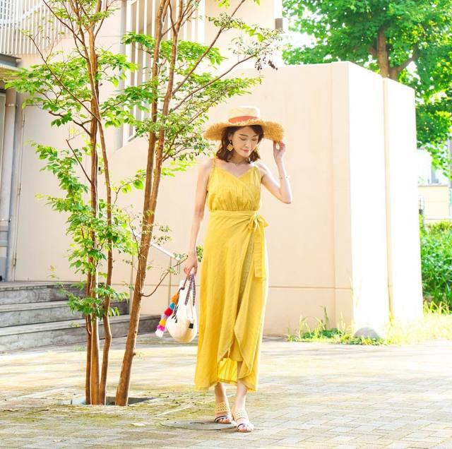 黄色オールインワンの女性