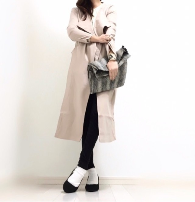 ブラックのジョガーパンツに白の靴下とパンプスを合わせている女性
