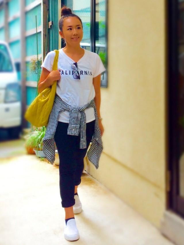 白Tシャツにジョガーパンツで白スリッポンと黒ソックスのコーデ
