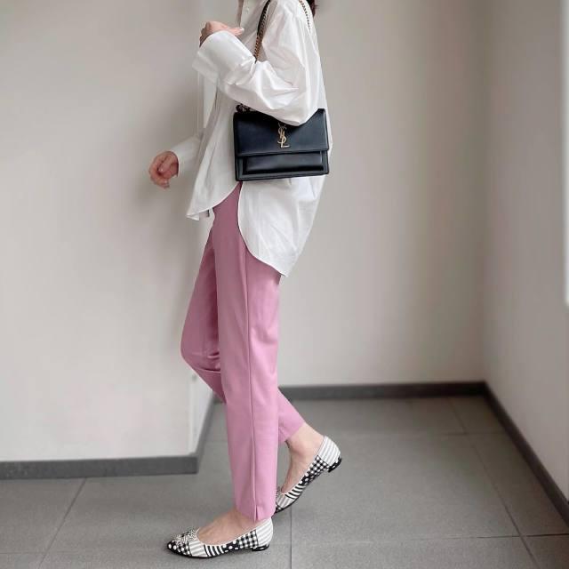 白のブラウスとピンクのパンツのコーデ