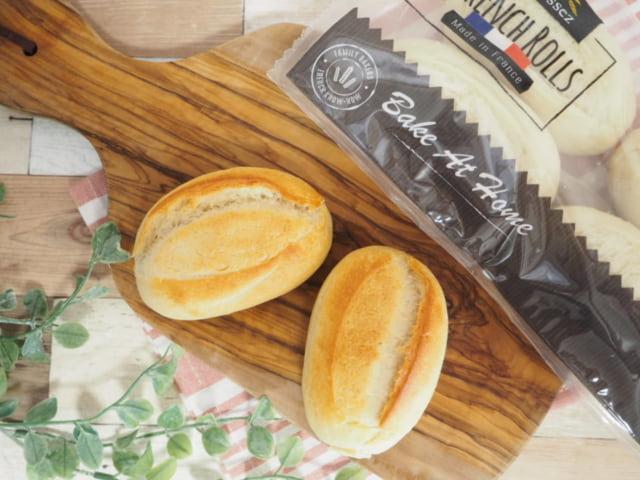 コストコのフランスパンとパッケージと観葉植物を一緒に撮影した写真