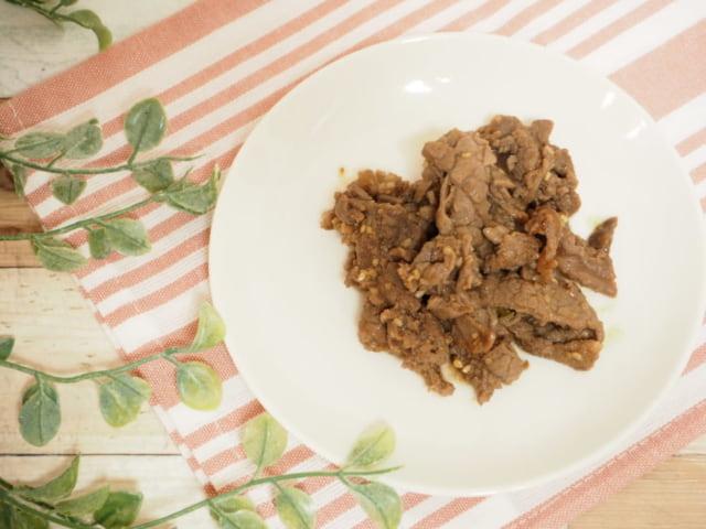 コストコのプルコギビーフをお皿に盛り付けた写真