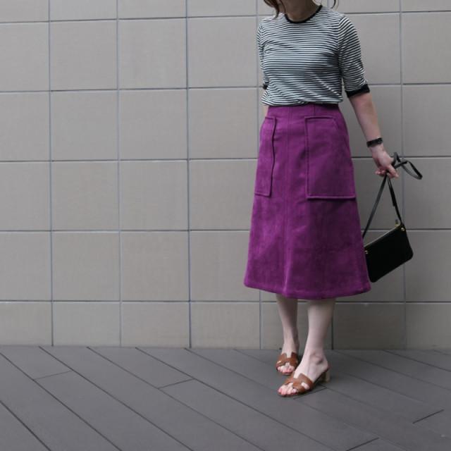 ボーダーTシャツにパープルの台形スカートを合わせたコーデ
