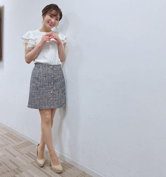 白の袖フリルブラウスにツイード素材の台形スカートを合わせたコーデ