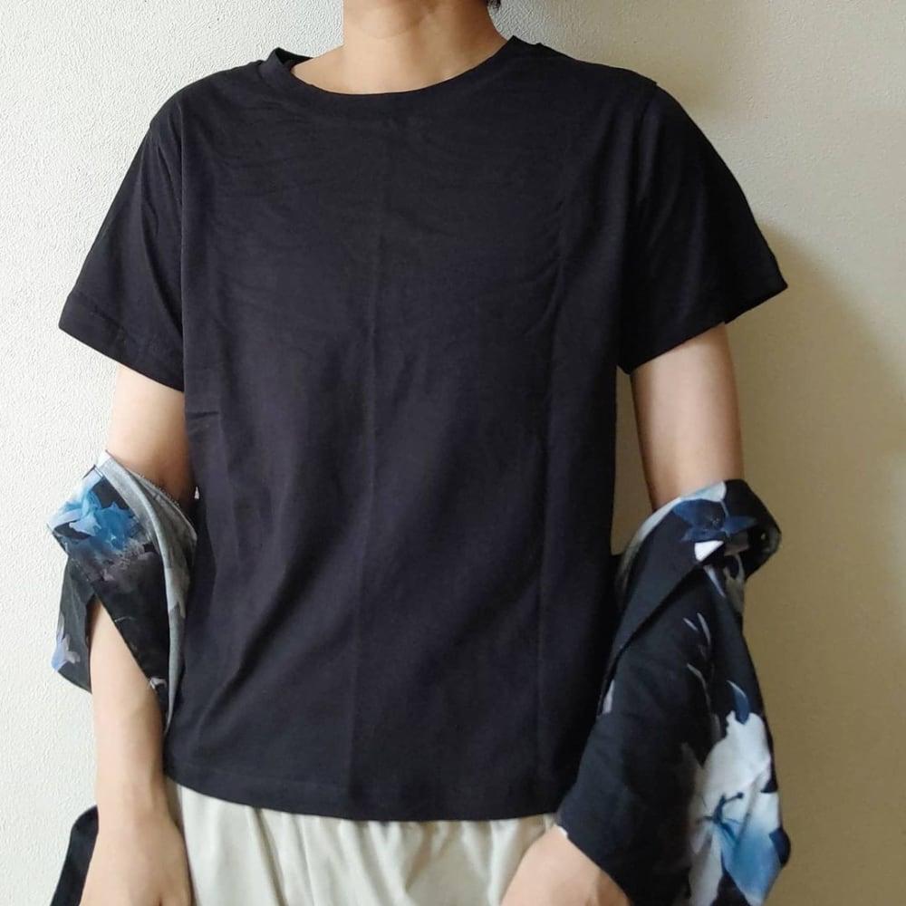 スリーコインズのオーガニックコットンTシャツを着ている女性