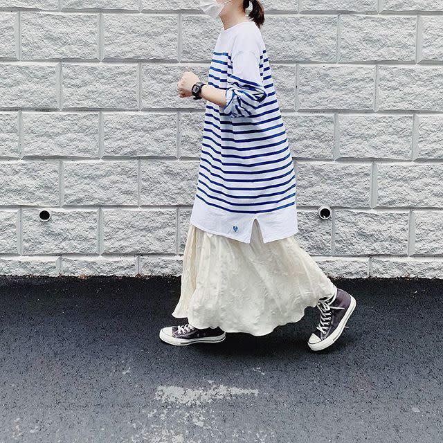 オーバーサイズボーダーシャツと白スカートのコーデ