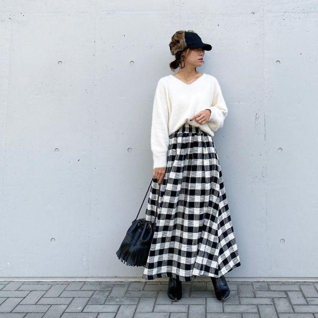白ニットとチェック柄スカートのコーデ